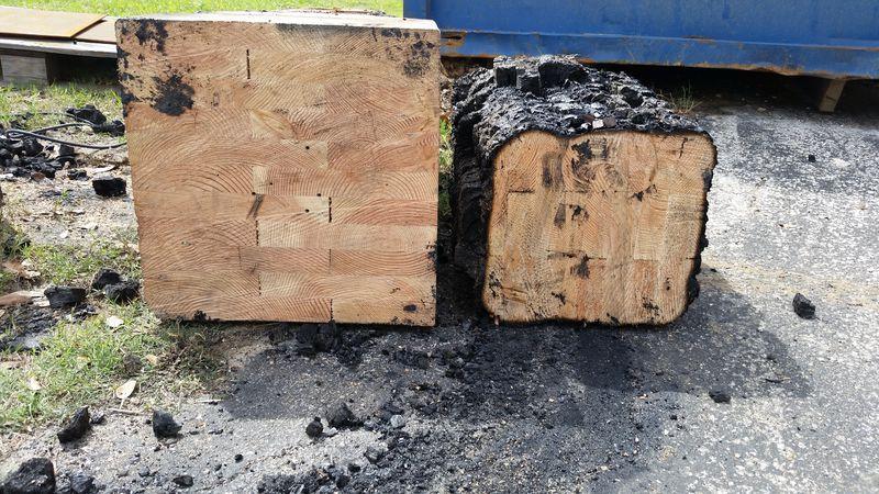 Снимка на две овъглени дървени греди